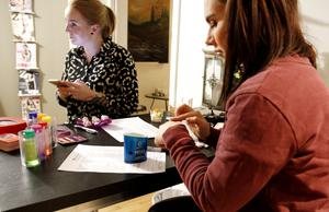 Angelica Pettersson håller kontakt med sambon på telefon och Sofia Karnvall testar oljan från doftljuset. Ljuset doftar lite kryddigt, som en blandning av granbarr och ingefära, och oljan funkar som massageolja. Den blir aldrig varmare än 37 grader när ljuset brinner.