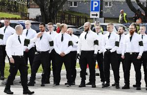 Den nazistiska organisationen Nordiska motståndsrörelsen (NMR) ställer upp sig inför demonstration i Ludvika på första maj 2019. Foto: Ulf Palm / TT