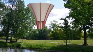 Så här skulle vattentornet ha sett ut om man inte hade tänkt om för att spara pengar. Illustration: Nykvarns kommun