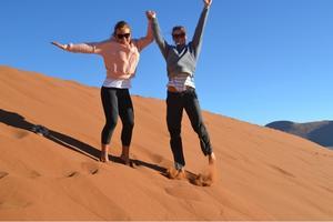 """Thea har också fått tid att se sig om i Namibia. """"Så nära jag någonsin kommer ett besök på planeten Mars"""", säger Thea Fredriksson om ett besök i öknen."""