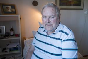 Jalle Pöhlitz i det rum som har varit hans hem i tre och ett halvt år. I bakgrunden ett fotografi på nyligen avlidna hustrun Barbara.