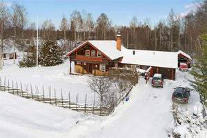 Rejäl timmervilla i 1½-plan nära Siljan med utsikt över sjön från övervåningen. Foto: Fastighetsbyrån Mora