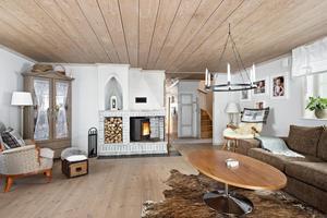En öppen spis med kamininsats finns i vardagsrummen. Foto: Patrik Persson