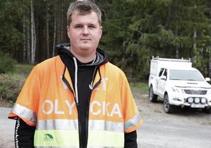 """""""Lägg inte ut äpplen nära trafikerade vägar"""" uppmanar eftersöksjägaren Anders Hjulström efter torsdagsmorgonens älgkollision utanför Smedjebacken."""
