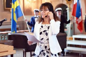 Anneli Gunnars, rektor, talar inför studenterna.