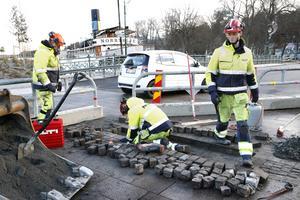 Leffe Mattsson, Kasper Gustafsson och Andreas Fjäll på NCC, gör om delar av stensättningen på Sjötullstorget i Norrtälje Hamn.