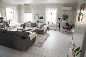 Hela huset är luftigt och ljust tack vare den höga takhöjden och alla stora fönster. Vardagsrummet är inget undantag.