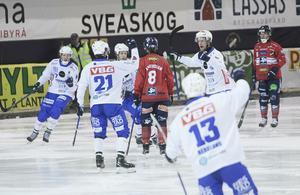 Emil Viklund (21) jublar när han släckt måltorkan på hörna, och det redan i den fjärde minuten.
