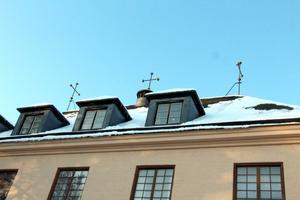 Tre kulkors på taket och sparsam utsmyckning på fasaden.