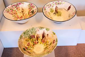 Äldre bilder och blommor samsas i Anna Wrigstad Östbergs kärl.