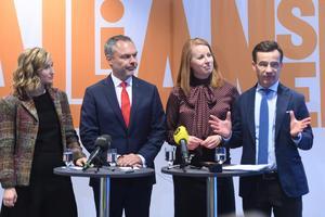 Alliansledarna till vänster – Ebba Busch Thor (KD) och Jan Björklund (L) – har fått se hur många av deras partiers väljare 2014 har sökt sig – till Annie Lööf (C) och Ulf Kristersson (M). Foto Fredrik Sandberg/TT
