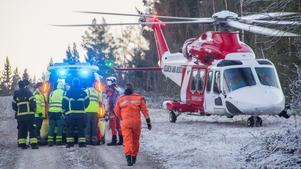 Räddningshelikoptern till höger på bilden biträdde vid det dramatiska räddningsarbetet på isen – men vad ingen tänkte på var att lufttrycket som genererades hade kunnat få isen att spricka och på så vis utlösa en värre olycka. Bilden togs i samband med händelserna den 27 november då en av de skadade lastats i ambulansen för färd till sjukhus.