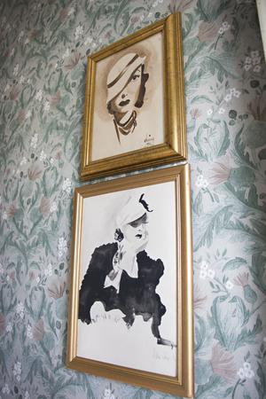 På flera ställen i huset finns bilder som Felicias gammelfarmor har målat. De här hänger i hallen.