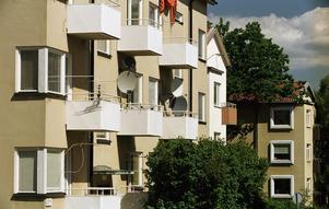 Alltför många bostäder i Sverige säljs till privata bolag som inte sköter underhållet, varnar S i Skinnskatteberg. Bilden är från annan ort.