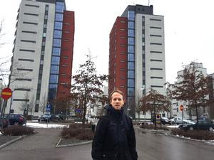 Nils Lavesson har skrivit på hyreskontrakt i ett av husen i bakgrunden på Lillåudden, men ännu inte flyttat in. Trots att han hade stått i bostadskö i sju år hade han inte lätt att hitta en bra lägenhet.