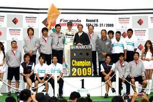 2009: Japaner, japaner, japaner...och så Marcus. Den då 19 gamla grabben från Kumla snuvade alla favorittippade japaner på segern i den japanska formel 3-serien. Arkivbild: Pappa Tomas Ericsson