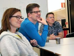 För att växa behövs kapital, kompetens och kontakter. Marielle Brovinger och Johan Klitkou lärde sig mer om det här från Pelle Simonsson, till höger,  och andra hos Peak Region på campus i Östersund.