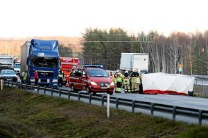 Vid olyckan på E20 i november förra året omkom en 53-årig kvinna då en bilist körde in i släpet på en lastbil som stod med släpet en bit ut i vägbanan.Arkivfoto