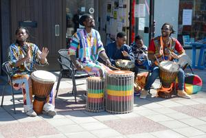 Skönsberg vakande till liv av bland annat afrikanska musik från Senegal.