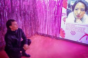 Rummet där Sonia Hedstrand  visar videon är härligt iscensatt. Rosa överallt och glittriga draperier. Japansk sockerchock!