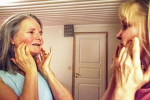 Sedan Marianne Westén började tänka mer medvetet på avslappning har hon fått mindre problem med spända käkar. Spänningshuvudvärken har börjat försvinna. Här en övning där Marianne duttar med fingrarna på kinderna.Till höger terapeuten Birgitta Hultqvist.