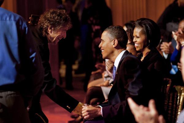 Bob Dylan uppträder och träffar förra presidentparet Barack och Michelle Obama under en konsert i Vita huset 2010 med musik från medborgarrättsrörelsen .  Foto: Vita huset/Pete Souza