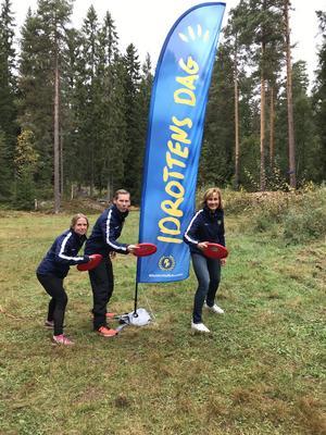 Eva Palm Uhlin, Tobias Hedwall och Eva Lignell från RF-SISU under Idrottens dag på Skräddarbacksskolan. FOTO: Tobias Hedwall