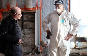 Anders Mannqvist i samspråk med utgrävningens ledare Ola George under utgrävningarna i mars 2018.