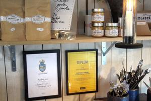 Fina priser för både matverk och trädgård på väggen i kaféet.