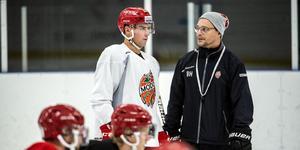 Den här synen, med Björn Hellkvist på isen bredvid Tobias Viklund, är inte aktuell för tillfället. Backen får träna med hockeygymnasiet tills den dag han bestämmer sig för vad han ska göra i vinter.