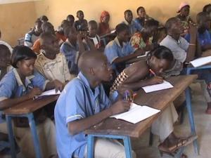 Flickor och pojkar i samma klass i en skola i maliska Kati. Foto: Okänd