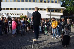 Henrik Hansson gick igenom reglerna för deltagarna i Borlänge fotomaraton.