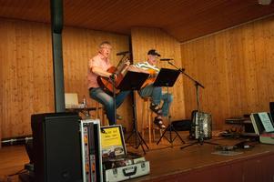Roger Broberg och Åke Lundeberg sjöng  Finnbäcks-Lars Midsommarpolkett av Nils Parling.