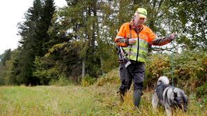 Lars-Gunnar Nordqvist och gråhunden Vilde är ett eftersöksekipage. Som kontaktperson för eftersöksjägarna i sitt område får Lars-Gunnar mellan 50 och 60 viltolyckor per år. Han delar ansvaret för halvön mellan Sannsundet och Brunfloviken med två andra kontaktpersoner.