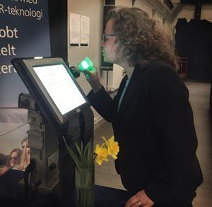 Maria Bergström, marknadschef på företaget Autosober, demonstrerar hur instrumentet som mäter alkohol i utandningsluften med hjälp av en infraröd stråle fungerar.