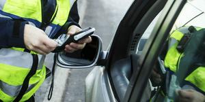Mannen som körde bilen misstänks efter händelsen för både rattfylleri och olovlig körning.
