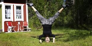 Hanna Zetterlund gillar att stå på huvudet och har gott om tid för detta under sommaren.