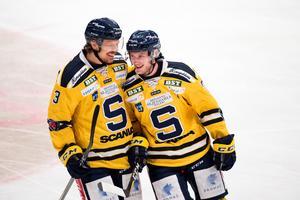 Marcus Oskarsson och Jacob Spångberg trivdes ihop på isen den här säsongen. Det backparet skulle SSK vara betjänt av att behålla, skriver LT-sportens redaktörer. Foto: Bildbyrån.