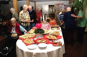 28 sorters kakor fanns på det dignande kakbordet. En riktig kakfest för de boende som varmt uppskattade personalens initiativ.Foto: Elisabet Rydell-Janson