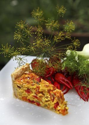 Saffranskryddad paj med kryddost och blandade grönsaker kan ätas som ensamrätt eller bjudas som tillbehör till kräftor.