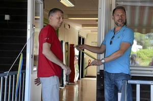 Klippt var det här. Lasse Lindberg, verksamhetsansvarig på Childrens, och Andreas Svahn (S) klippte tillsammans invigningsbandet till de nya lokalerna. Childrens har från och med i går öppet alla dagar klockan 10-17.