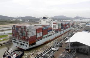 En Panamax-båt i den äldre standarden passerar Panama-kanalen 2016. Fartygen av sorten New Panamax kan vara 72 meter längre och 17 meter bredare. Foto: Arnulfo Franco/AP Photo.