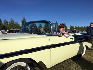 Ett känt par i vetaranbilkretsar - Kristina och Per Bodeström från Insjön i sin Chevrolet Convertible från -56. Per har bland annat suttit i styrelsen för Classic Car Week.– Vi kommer till Åkdon och termos när vi kan. Men annars är Tisdagskul i Säter en stående utflykt för oss och bilen, säger Per.