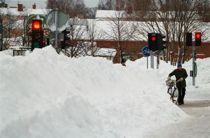 Höga snövallar och vägar som blivit smalare på grund av snön utgör extra trafikfaror, skriver Göran Sydhage. Foto: Tobias Röstlund/TT