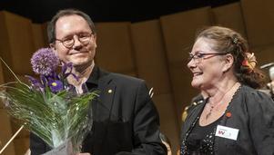 Patrik Wendel fick blommor av Ann-Kristin Backlund, ordförande i Musikens Vänner. Bild. Lia Jacobi