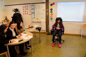 Systrarna Akbari, Fahranaz, Arezo och Zohren, är riktiga pi-experter. Det har tidigare deltagit i samma tävling som barnen på Fjällängsskolan fick göra den här dagen, och var nu inbjudna som domare. Fahranaz Akbari har tidigare klarat 210 decimaler på pi och Zohren fixade hela 500.
