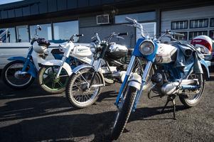 Förutom olika bilar dök det även upp en blandad kompott mopeder.