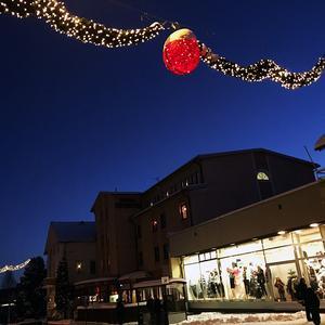 Trots rikliga snöfall och kraftig blåst ibland har julbelysningen fungerat och än så länge inte fallit ner över Långgatan i Edsbyn.