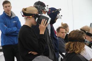 """Innan sitt heat agerar man som """"spottare"""" till de andra tävlande. Vilket betyder att man får se den tävlandes heat och kommentera vad den personen missar, likt en domare. Här ser ni Anna Karlsson som """"spottare""""."""