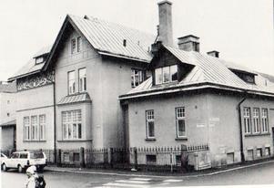 Villan Herdin som Oskar lät bygga 1904 i hörnet Daljunkaregatan-Nybrogatan, efter ritningar av arkitekten FO Lindström. Fin jugendstil, numera Musikkonservatoriet.